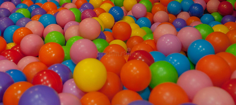 Billes colorées d'enfant Boules en plastique multicolores Salle de jeux du ` s d'Achildren Texture de fond des boules en plastiqu photographie stock