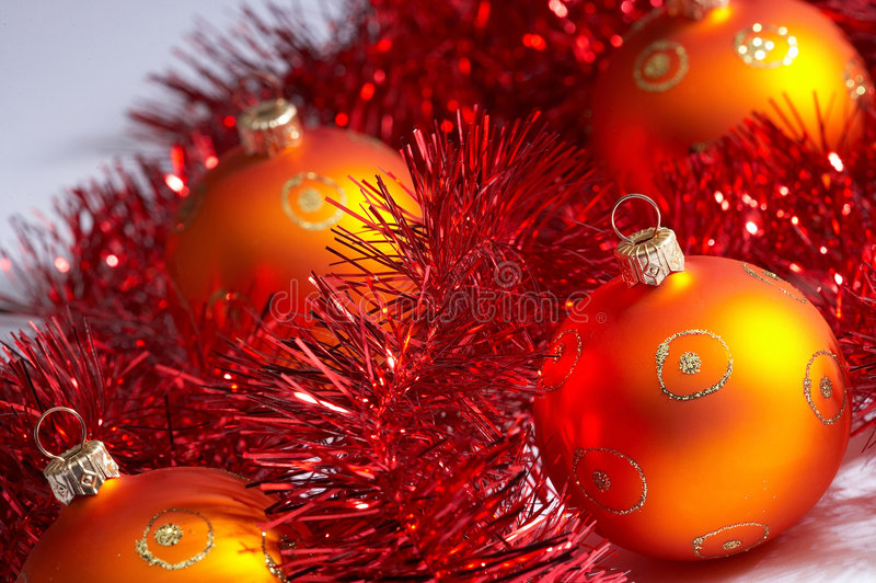 Billes d'arbre de Noël avec la tresse - lametta de MIT de weihnachstkugeln images stock