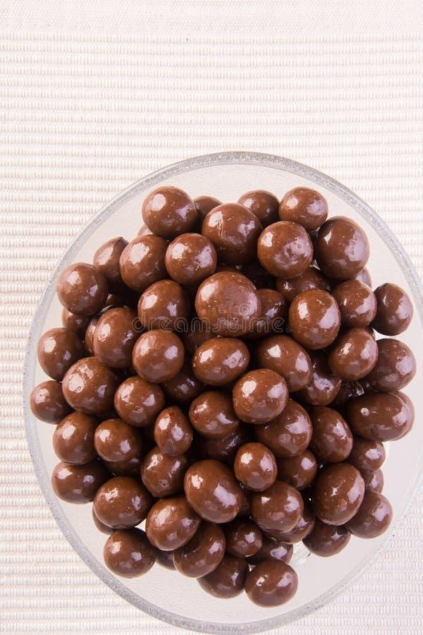 Billes de chocolat boules de chocolat dans la cuvette sur un fond images libres de droits