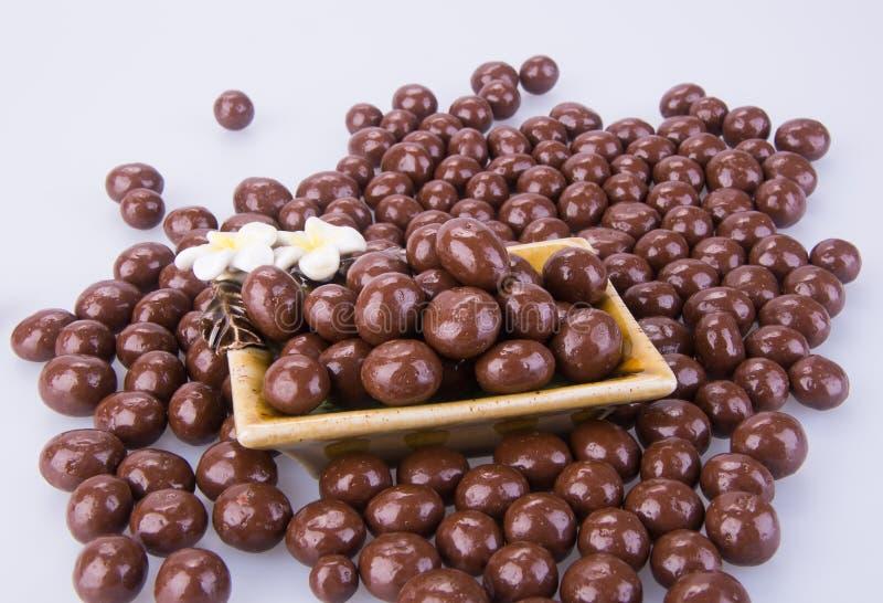 Billes de chocolat boules de chocolat dans la cuvette sur un fond photographie stock libre de droits
