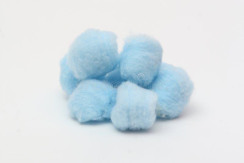 Billes de coton hygiéniques bleues photographie stock
