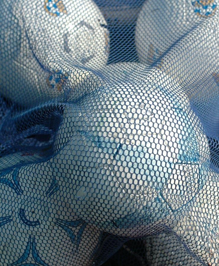 Billes de football blanches et bleues images stock