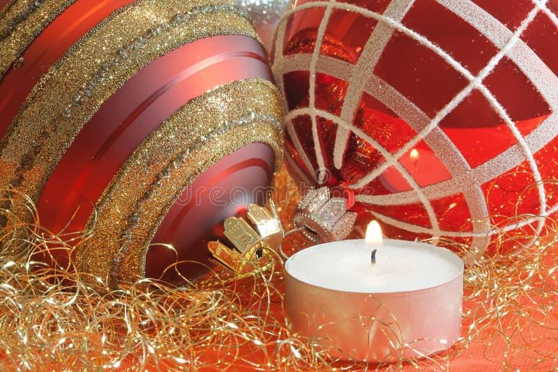 Billes de Noël avec la bougie photo stock