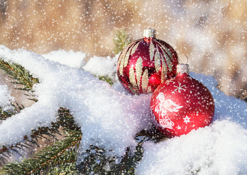 Billes de Noël le jour neigeux extérieur photographie stock libre de droits