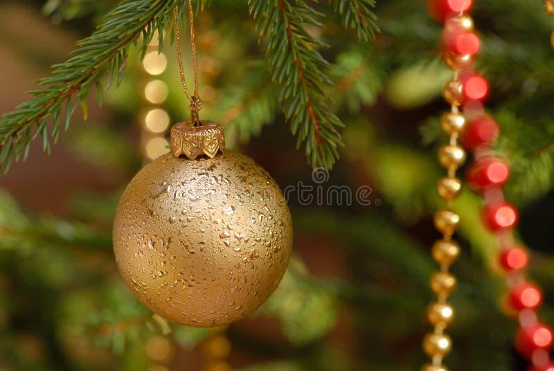 Billes de Noël sur l'arbre de Noël photographie stock libre de droits