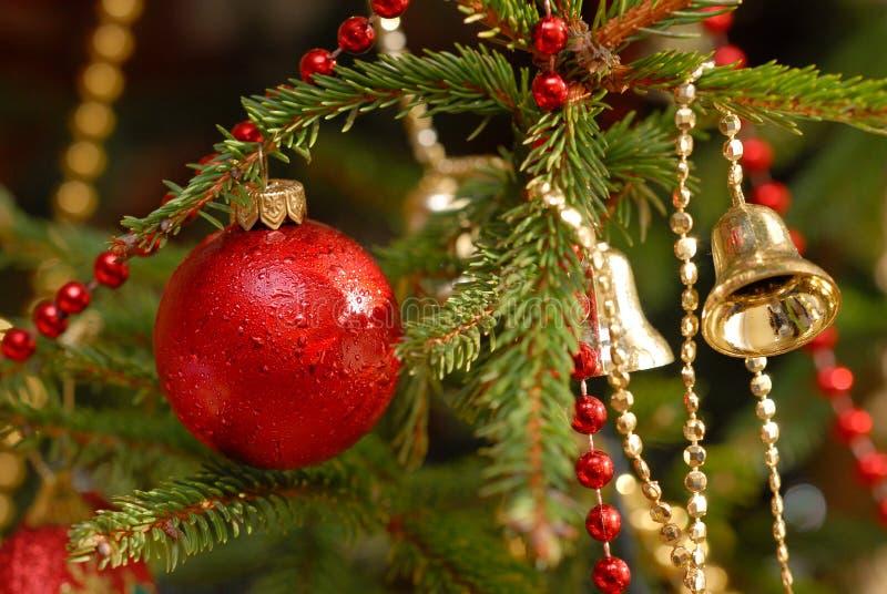 Billes de Noël sur l'arbre de Noël images libres de droits