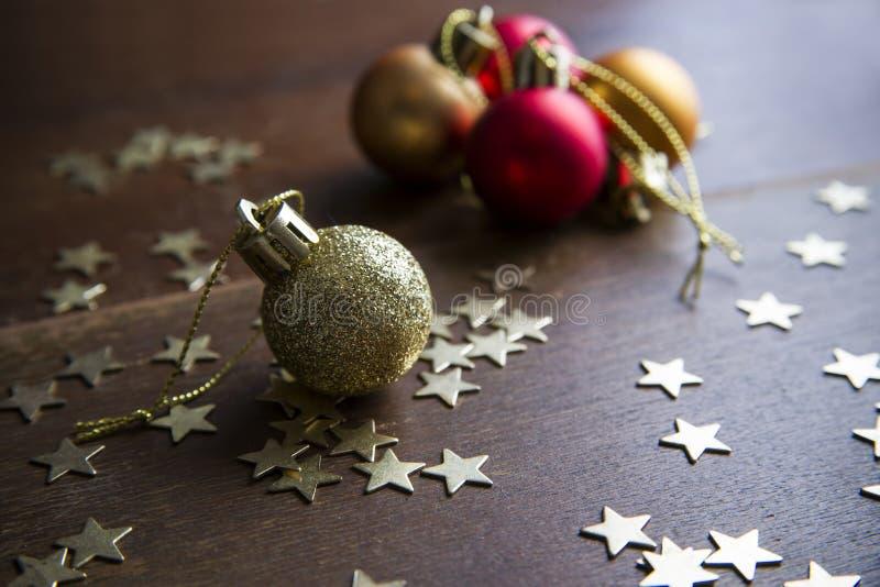 Billes de Noël sur le fond en bois photo stock