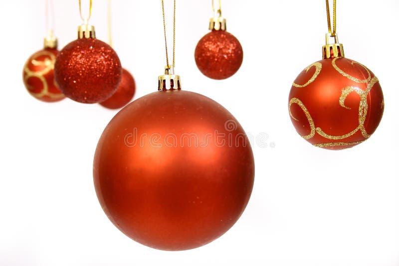 Billes de Noël sur un CCB blanc image stock