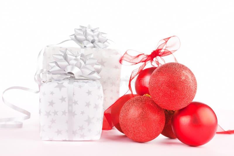 Billes de présent et de Noël. image stock