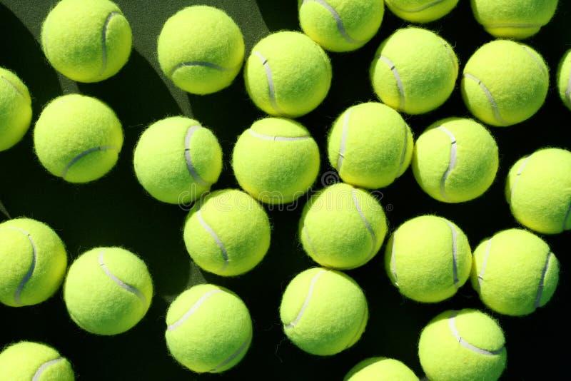 Billes de tennis dispersées images stock
