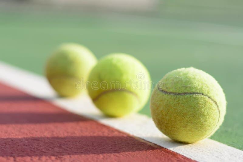 Billes de tennis sur la cour photo stock