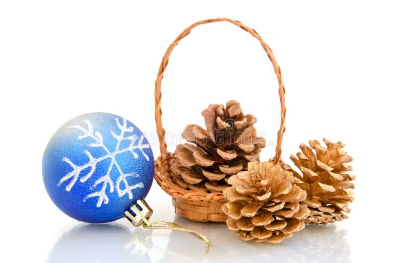 Billes et cônes de Noël dans un panier image stock