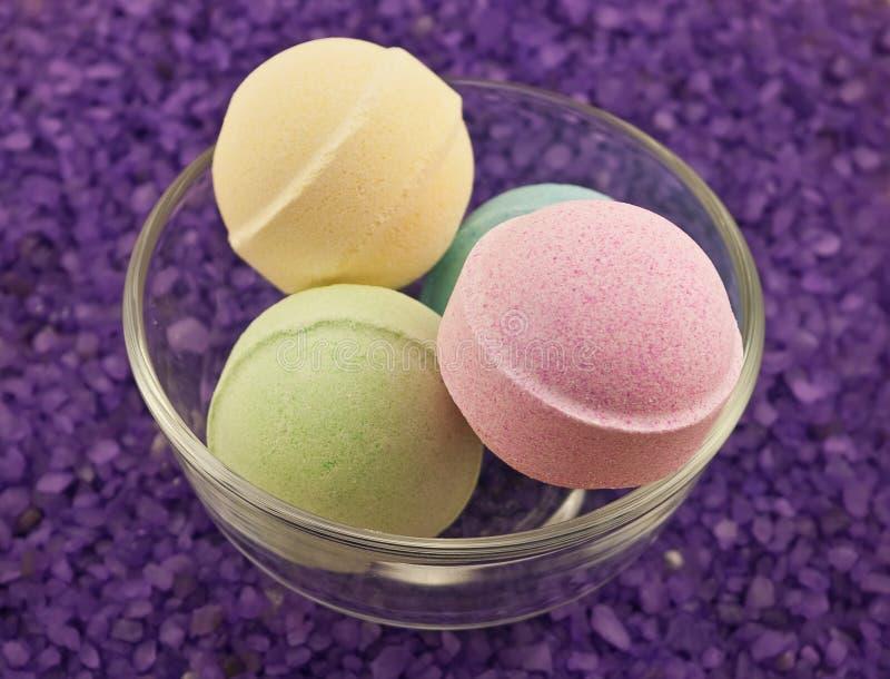 Billes violettes de sel et de bain images stock