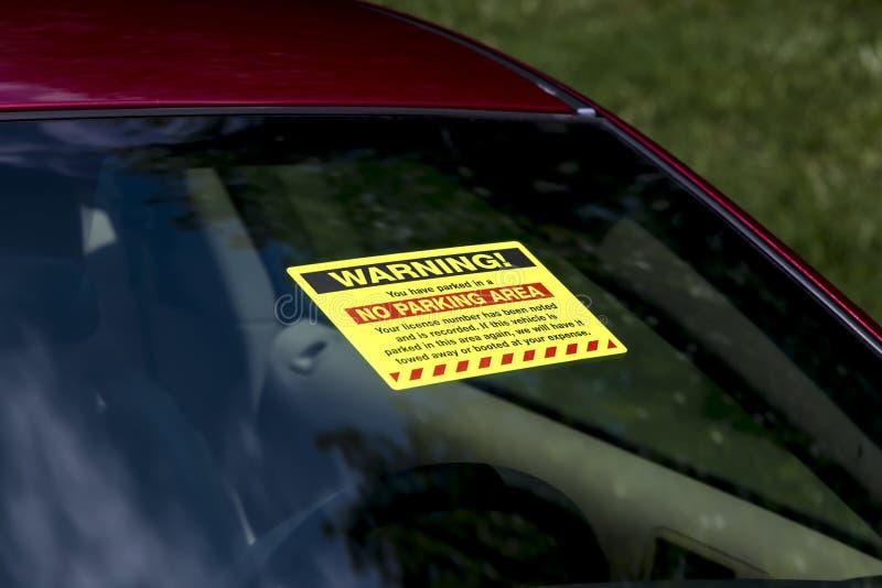 Billet d'avertissement de stationnement sur le pare-brise image stock