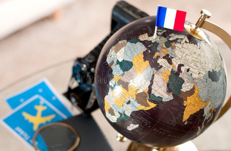Billet d'avion et drapeau français sur le globe photos libres de droits