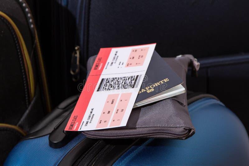 Billet d'avion, passeport et bagage photographie stock