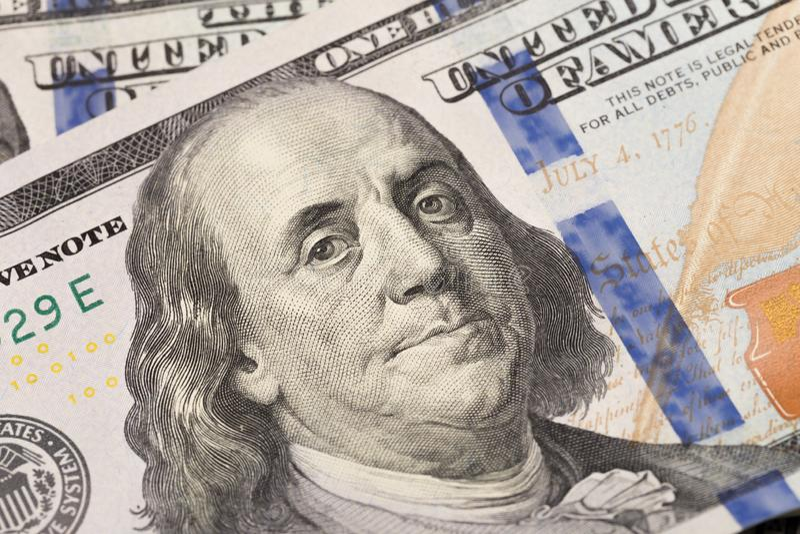 100 billet d'un dollar et le portrait Benjamin Franklin sur le billet de banque d'argent des Etats-Unis - image photographie stock libre de droits