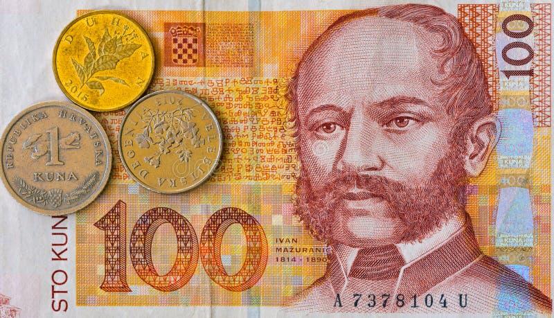 Billet de banque croate et pièces de monnaie de Kuna de la note 100 de devise macro images stock