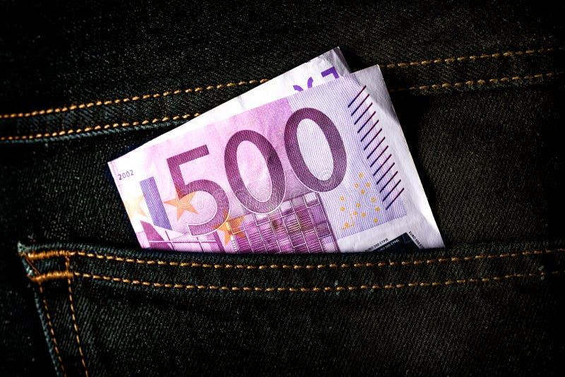 Billet de banque de cinq cents euros dans la poche de jeans photo stock