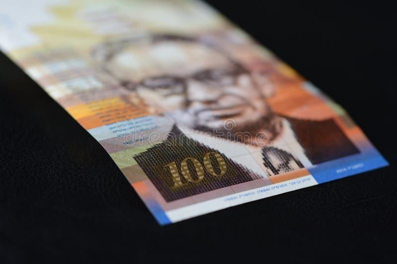 Billet de banque israélien cent shekels sur un fond foncé photographie stock