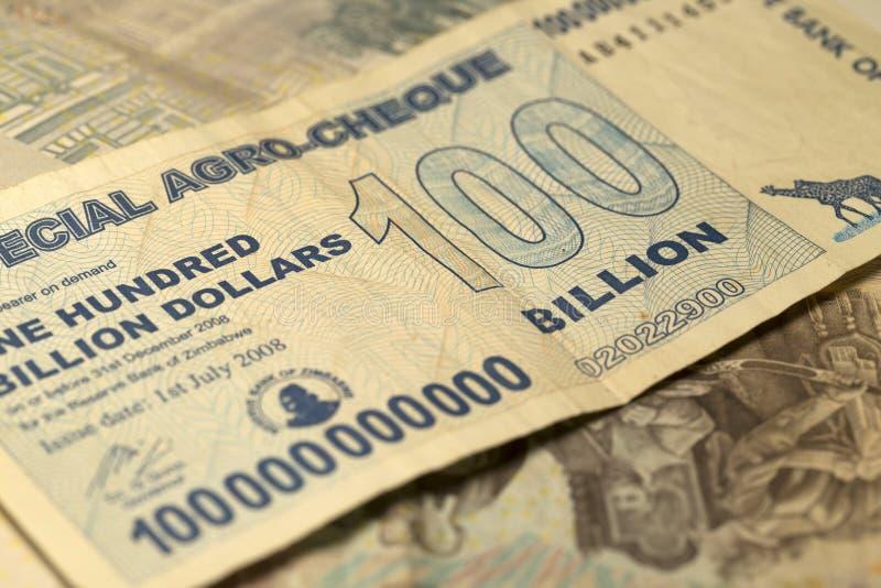 Billet de banque unique d'hyperinflation du Zimbabwe cent milliards de dollars dans le détail, 2008 image libre de droits