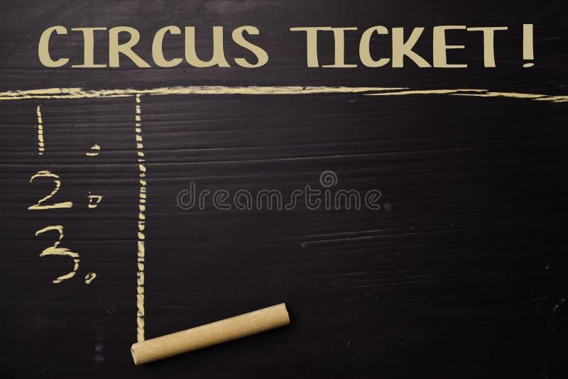 Billet de cirque ! écrit avec la craie de couleur Soutenu par des services supplémentaires Concept de tableau noir photos libres de droits