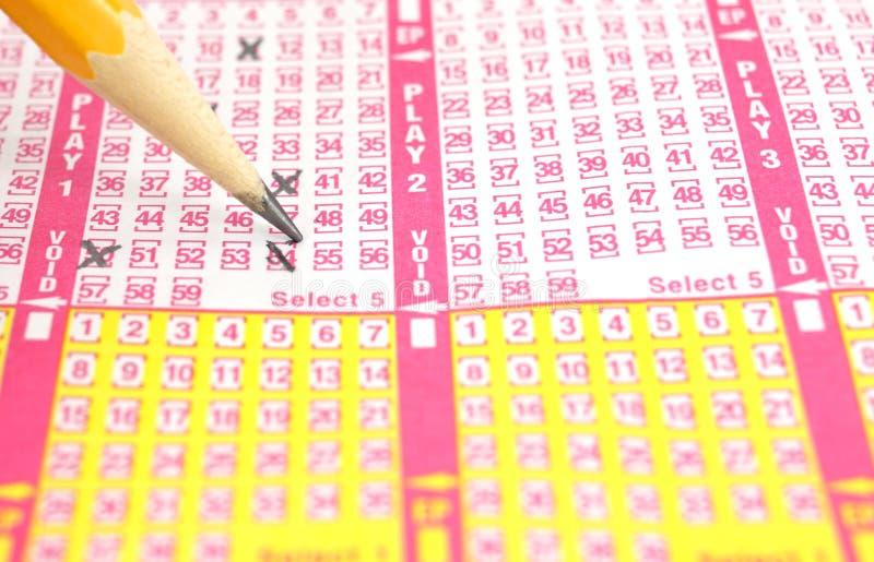 Billet de loterie étant contrôle marqué photographie stock libre de droits