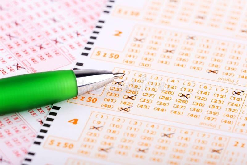 Billet de loterie avec un stylo image libre de droits