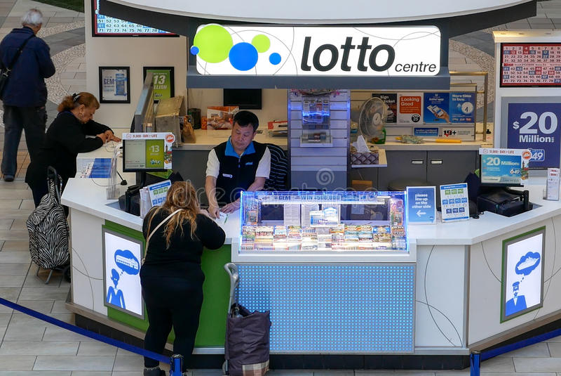 Billet de loterie de achat de personnes au détaillant photo stock