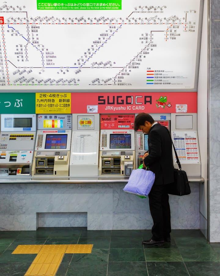 Billet de train de achat des distributeurs automatiques dans la station de Hakata photographie stock libre de droits