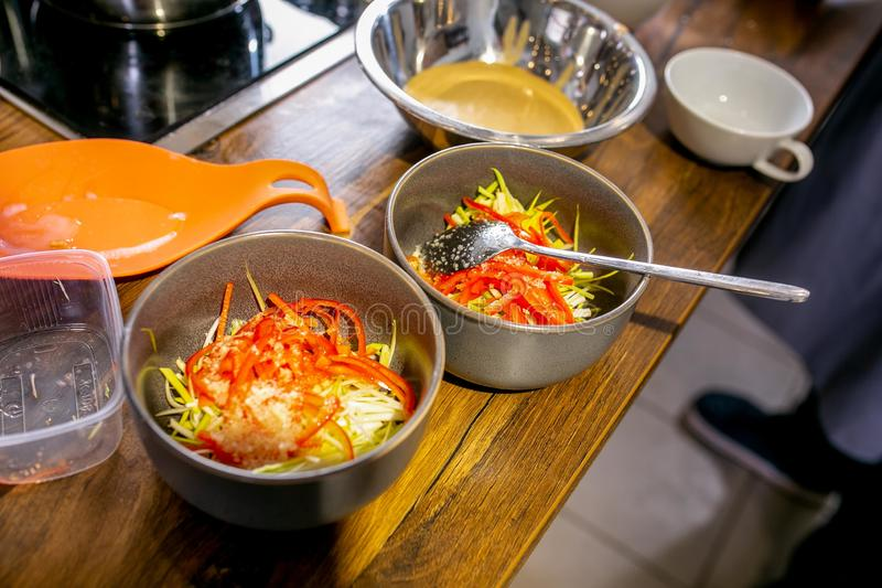 Billet des gehackten Gemüses in den Schüsseln Vorlagenklasse in der Küche Der Prozess des Kochens Schritt für Schritt referenten  lizenzfreie stockfotos