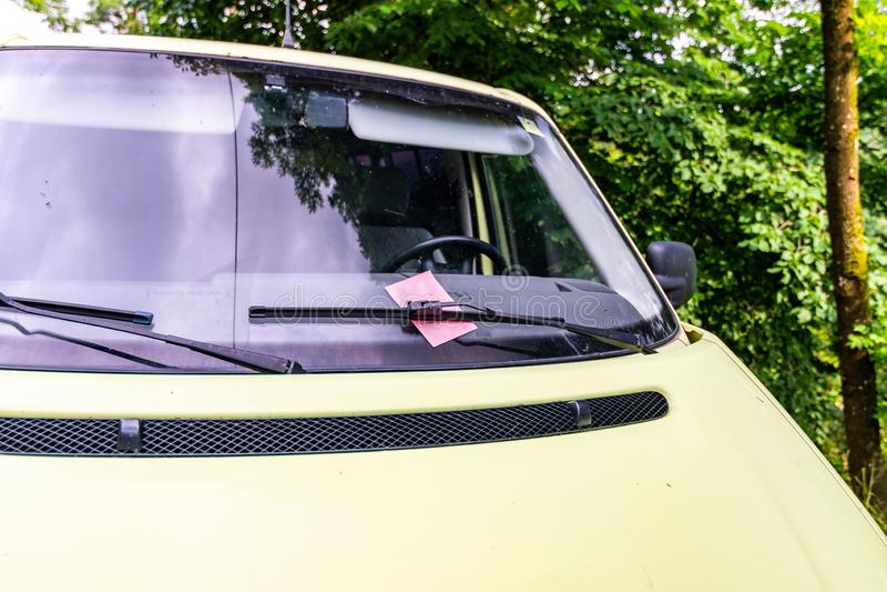 Billet fin de pénalité placé sur la fenêtre de voiture Se garer illégal et punition suivante de police photo libre de droits