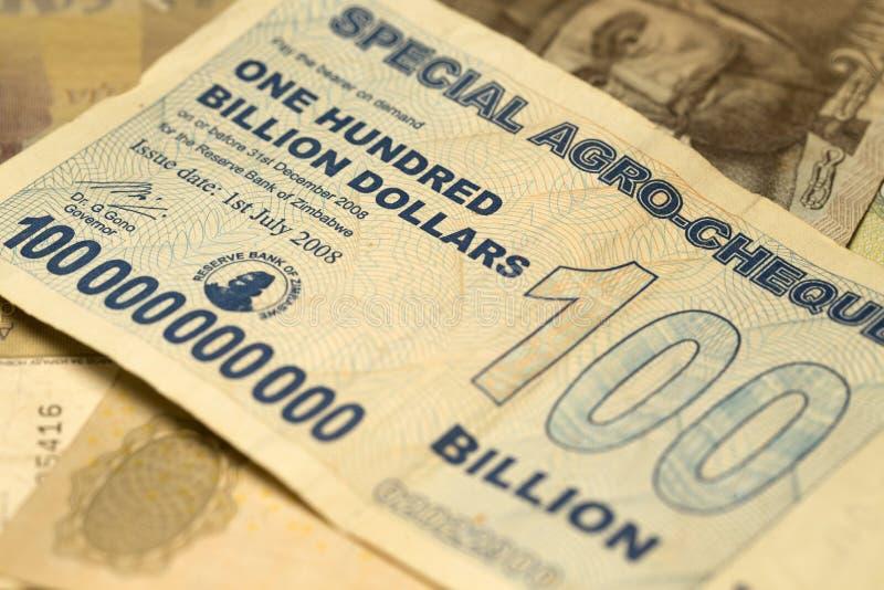 Billete de banco único de la hiperinflación de Zimbabwe cientos mil millones dólares en el detalle, 2008 imagen de archivo