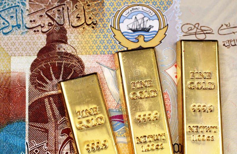 Billete de banco cuarto kuwaití del dinar con tres barras de oro en macro foto de archivo