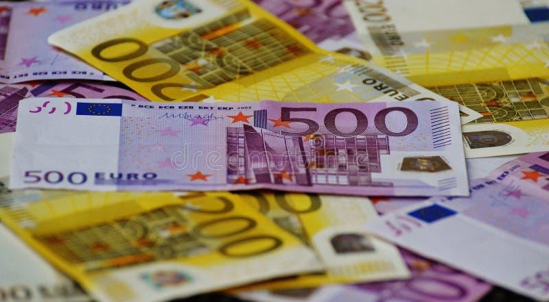 Billete de banco del euro 500 debajo del billete de banco 200 imagenes de archivo