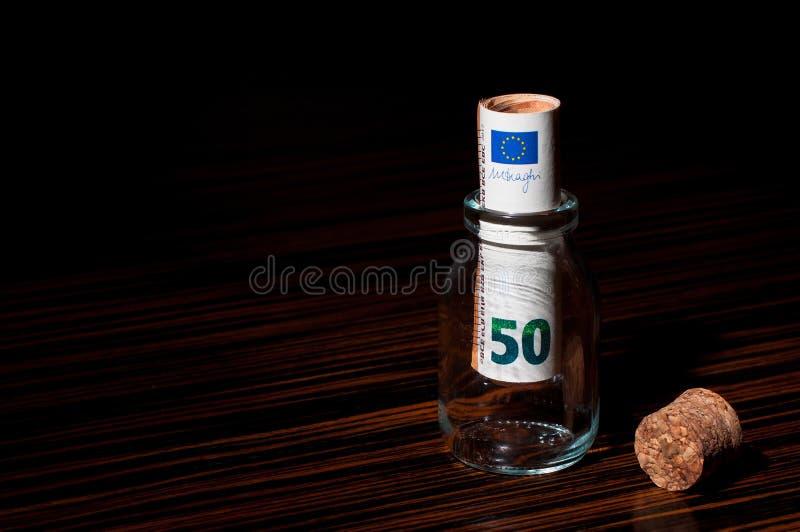 Billete de banco del euro 50 dentro de una botella foto de archivo