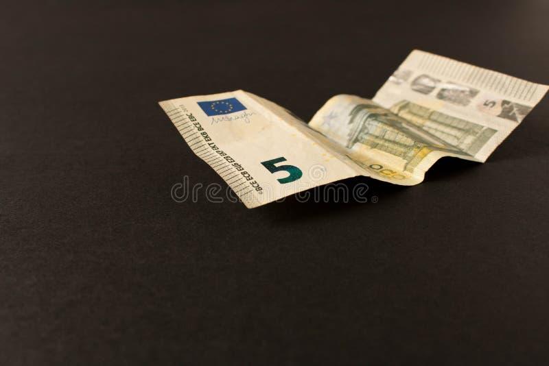 Billete de banco del euro 5 en un fondo oscuro Cierre para arriba El concepto de ahorros imagen de archivo libre de regalías