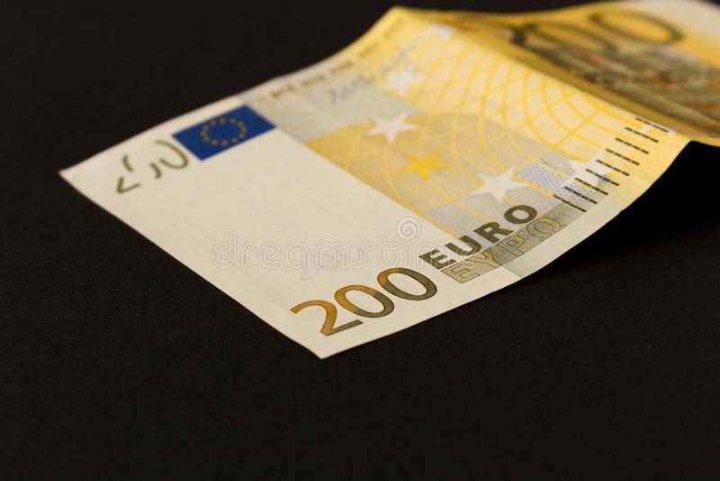 Billete de banco del euro 200 en un fondo oscuro Cierre para arriba El concepto de ahorros fotografía de archivo libre de regalías