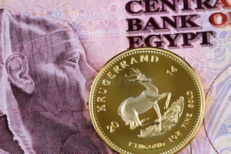 Billete de banco egipcio de diez libras con un kruggerand del oro imagen de archivo libre de regalías