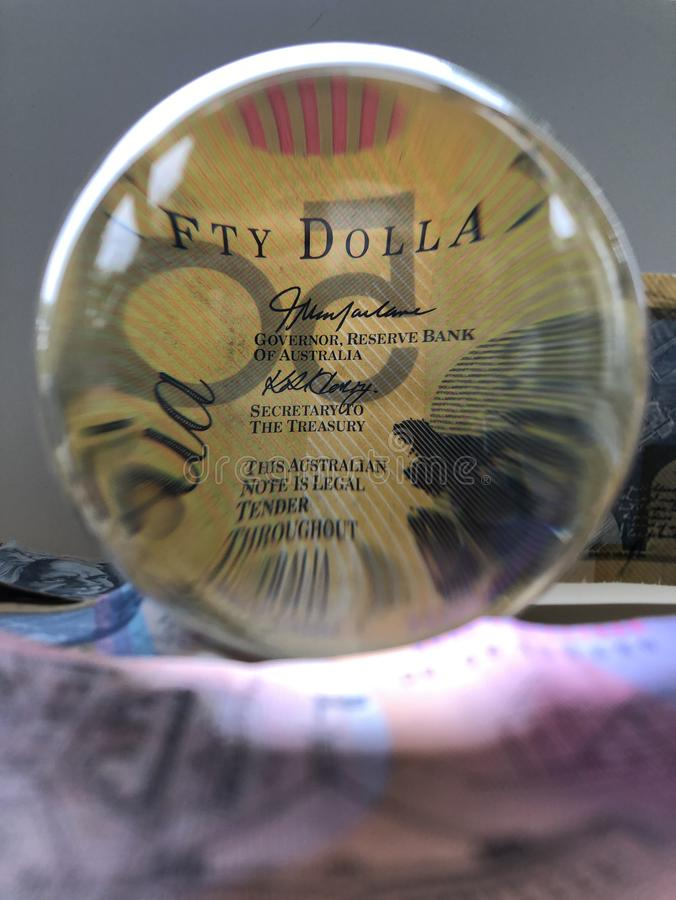 Billete de banco y bola de cristal australianos fotografía de archivo