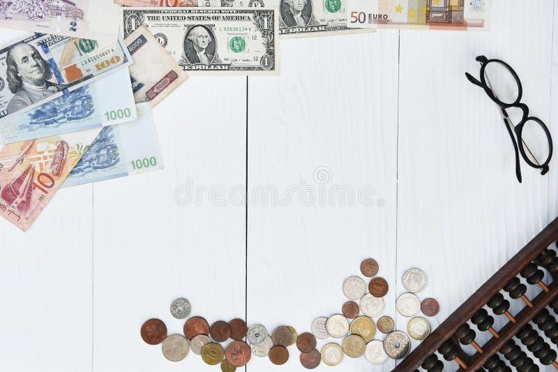 Billete de banco y moneda con los vidrios imagen de archivo