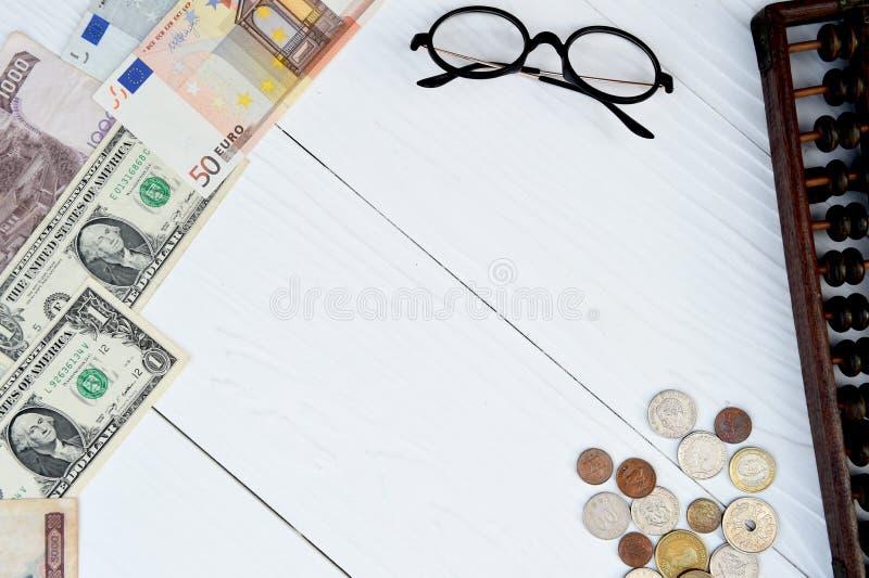 Billete de banco y moneda con los vidrios fotografía de archivo