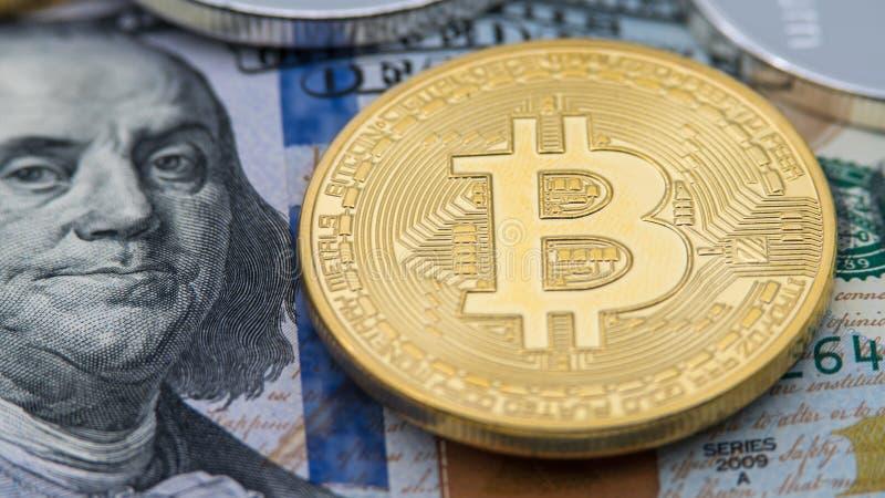 Billete de dólar americano de la moneda de Bitcoin del metal más de 100 de oro físicos btc fotos de archivo libres de regalías