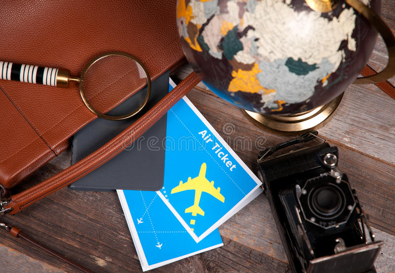 Billete, globo y bolso de avión en el fondo de madera imágenes de archivo libres de regalías