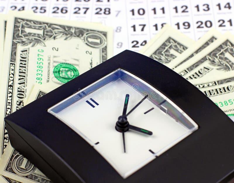Billetes de banco de dólares en las hojas del calendario imagen de archivo