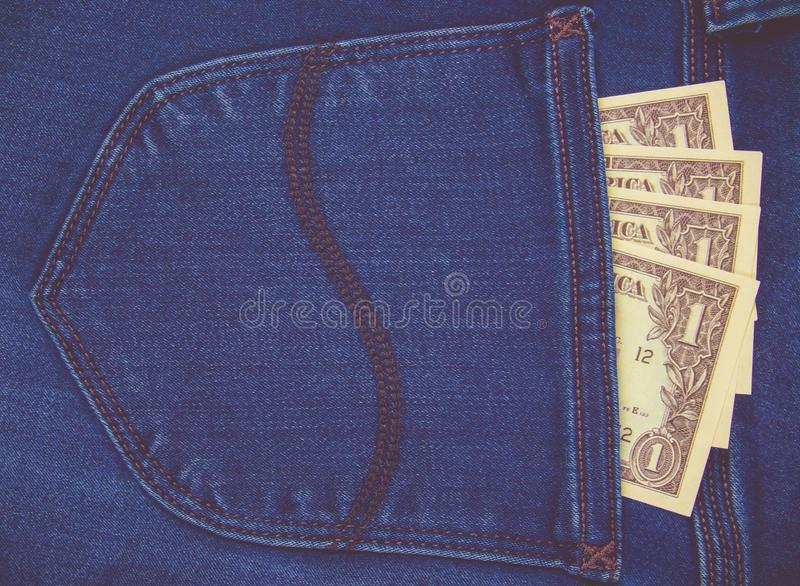 Billetes de banco del dólar en bolsillo de los vaqueros primer imagen de archivo libre de regalías