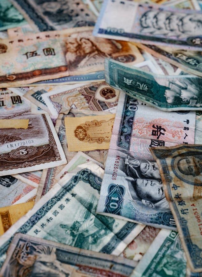 Billetes de banco dilapidados de Renminbi y de NT imagen de archivo