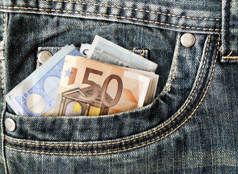 Billetes de banco en su bolsillo, euros en vaqueros imágenes de archivo libres de regalías