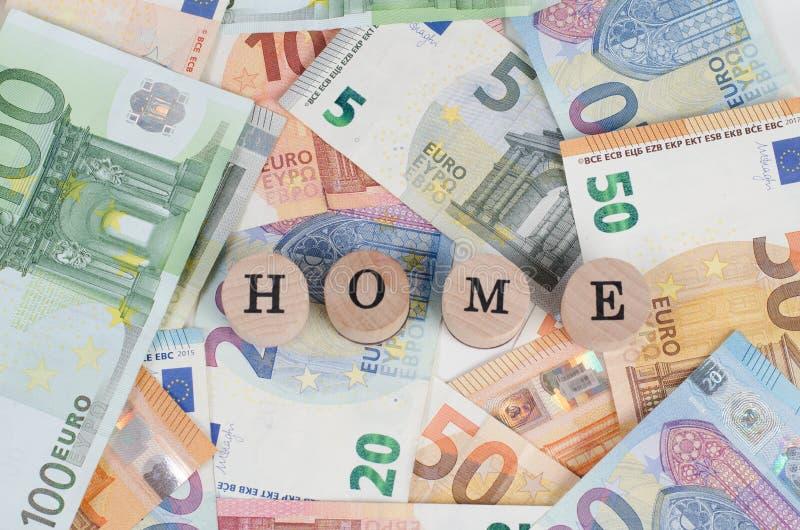 Billetes de banco euro con el hogar de la dirección en primero plano fotografía de archivo
