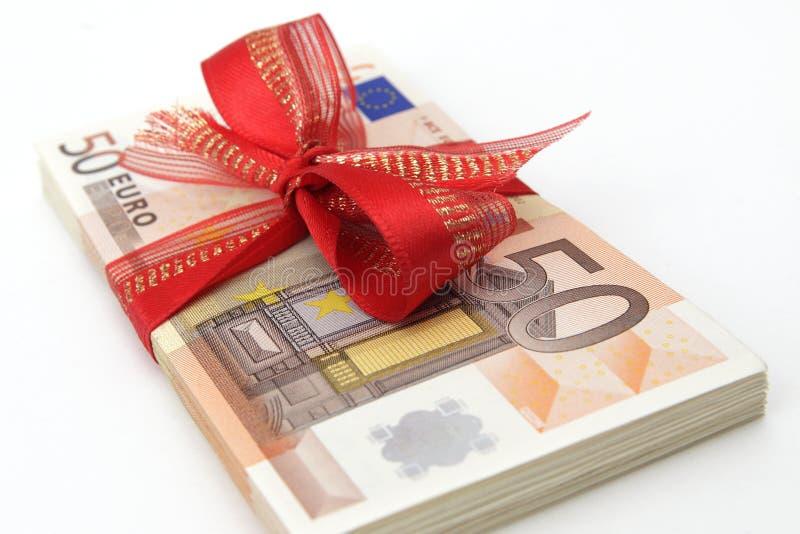 Billetes de banco euro con la cinta roja fotos de archivo